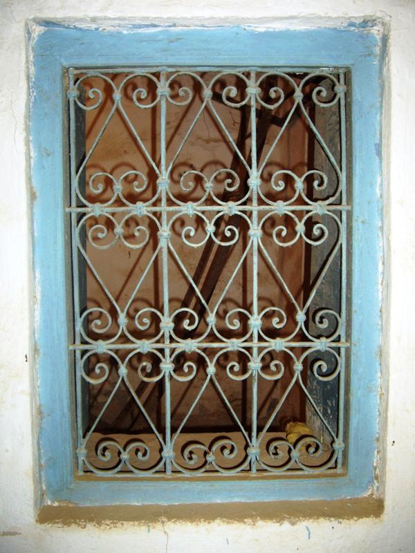 Dessin D Une Maison : Portes en bois de palmier et fenêtres fer forgé